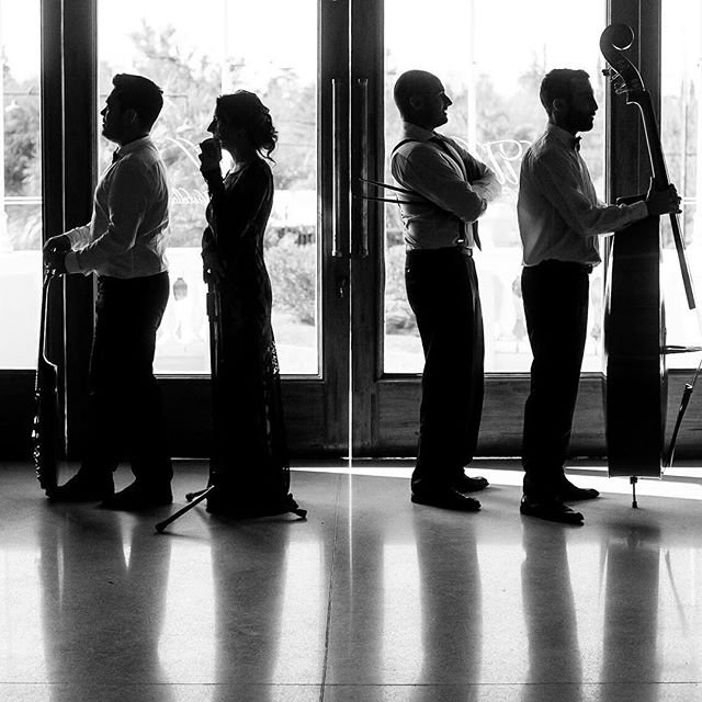 La música reflejada en nuestros cuerpos ✨ . . 👉🏼www.vbjazz.com . Ph: @rebecapalavecino  #vintageboulevard #music #musicaenvivo #musicaparaeventos #jazz #bossanova #photography #livemusic #wedding