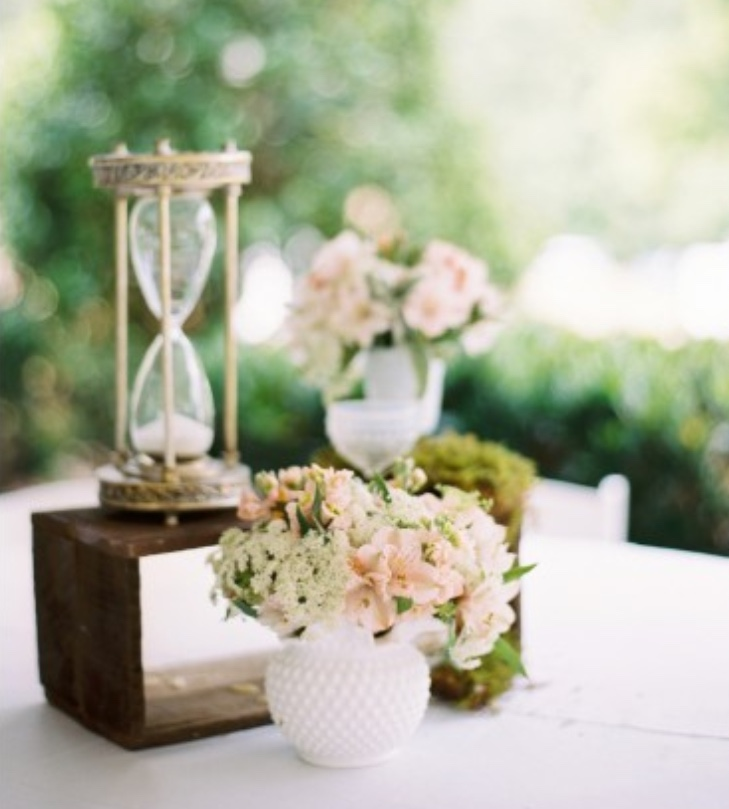 9778dc96f5630c pretty table centerpiece with sand thing.jpg