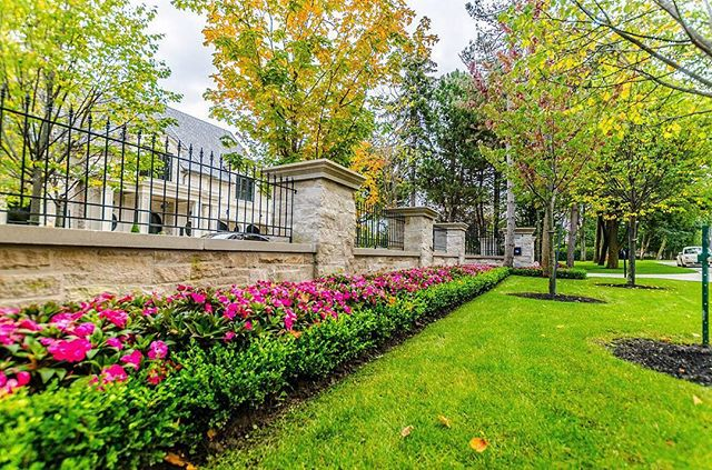The spring weather has finally arrived! Time to start making things pretty like this beautiful estate we completed last year. Can't wait to share the great projects we will be working on this year! . . . . . #landscaping #landscapingthe6ix #construction #highend #custom #stonework #toronto #masonry #planting