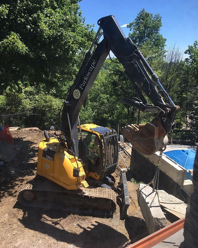 Putting in some armour stone with this beast! No problem moving the big pieces in to place. . . . . .  #construction #landscaping #landscapingthe6ix #johndeere #stonework #planting #highend #custom #toronto #sunsout