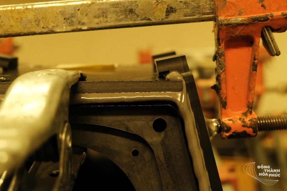 Cận cảnh quá trình kết nối các mảnh thùng loa rời