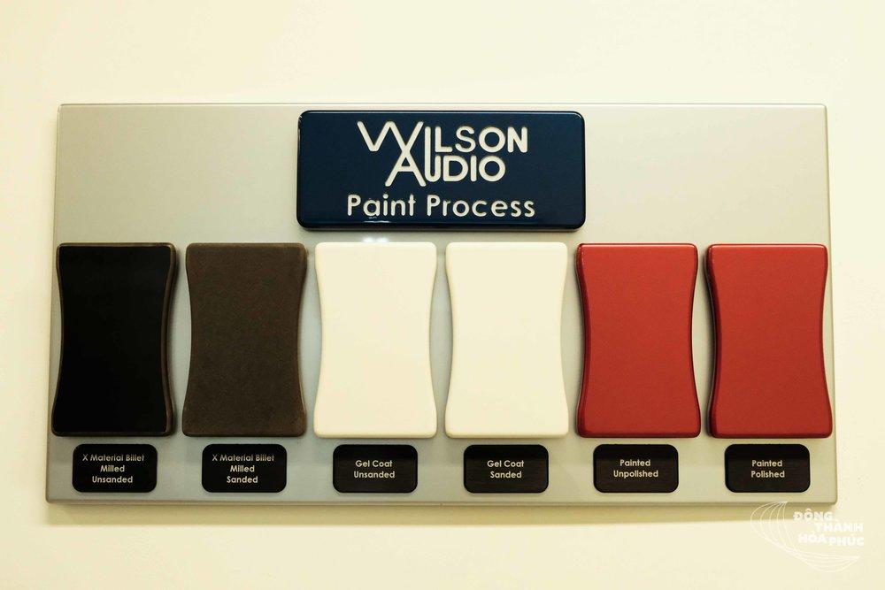 Quá trình sơn sản phẩm của Wilson Audio: thùng loa thô -> mài -> sơn phủ -> đánh mượt -> sơn màu -> đánh bóng
