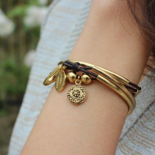 The  Mini Friendship wrap  with ancient dotted charm in gold plate.