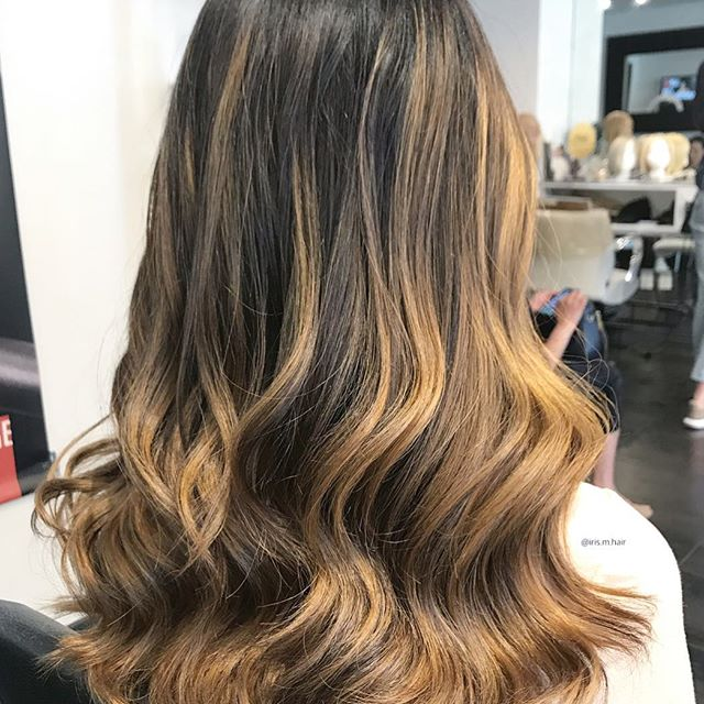 Brightening balayage one head at a time 😜 . . . . #balayage #balayagebabe #balayagehighlights #blonde #brunette #honeyblonde #vancouver #vancouverhair #vancouverstylist #yaletownhair