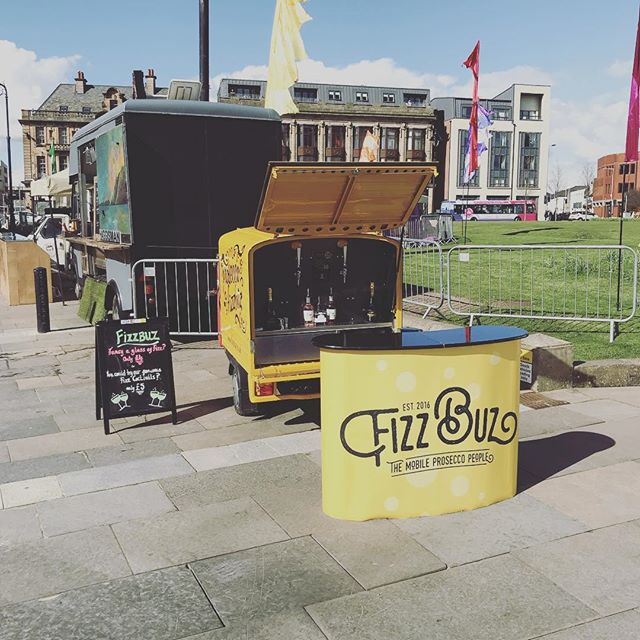 Come along and grab a glass of fizz or one of our fantastic fizz cocktails @paisley.is food and drink festival. It's going to be a cracking night so bring your sun cream #paisley #paisleyfoodfestival #paisleyabbey #paisleytownhall #prosecco #frizzante #fizzbuz #fizzbuzvalentino #proseccococktails #prosseccovan