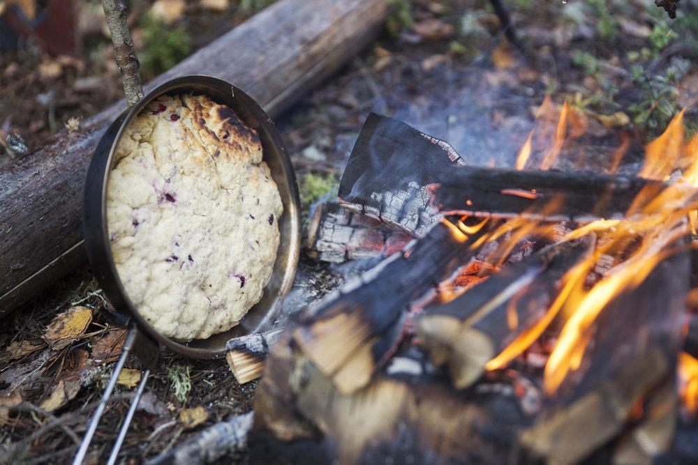 herkulliseen pannuleipään voit lisätä marjoja mausteeksi.