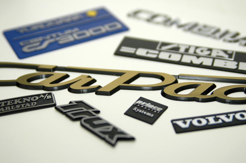 Vi tillverkar våra formsprutade emblem i Sverige.
