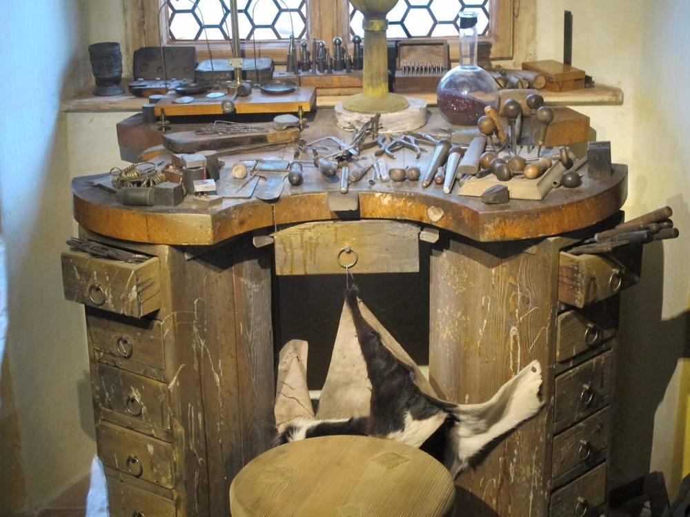 Ce banc de travail d'orfèvre a plus de 150 ans.