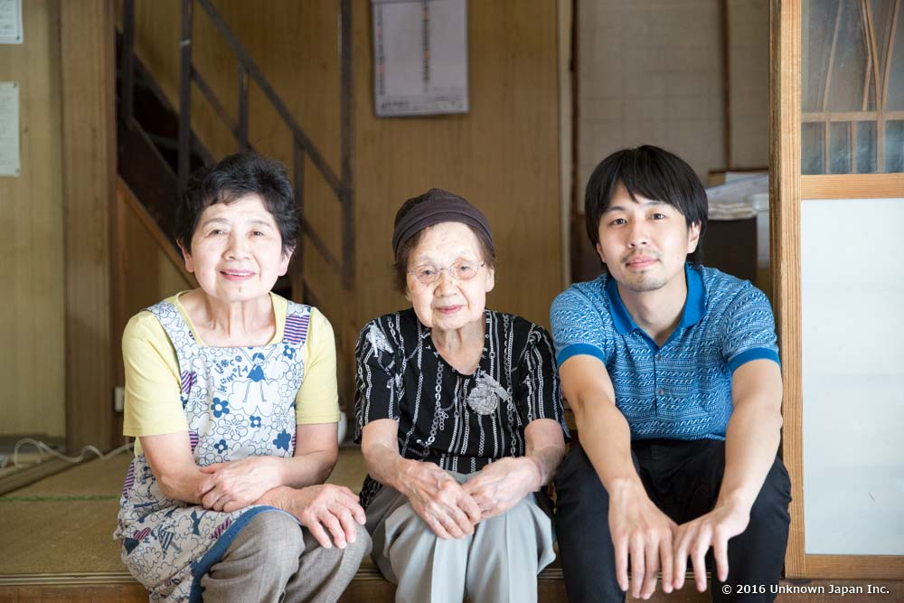 オーナーの石塚美代さん(4代目)、満子さん(3代目)と玄関で撮影