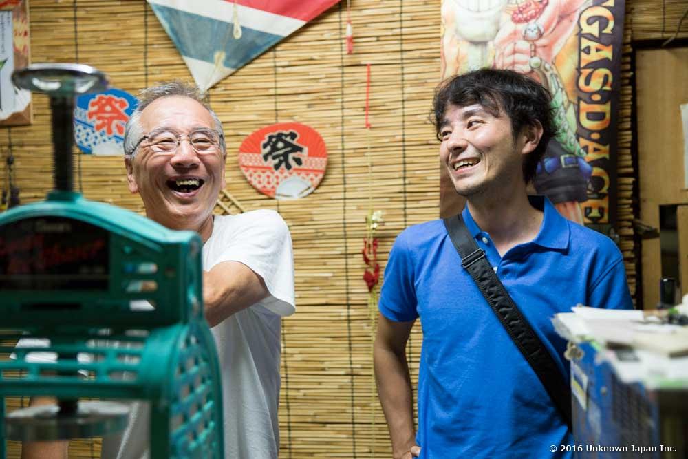 管理人の鶴田満さんと食堂の中で撮影