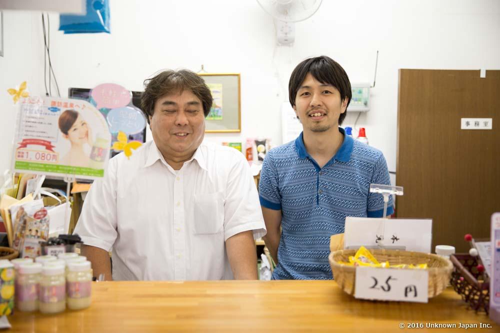管理人の脇之薗敏浩さんと受付の中で撮影