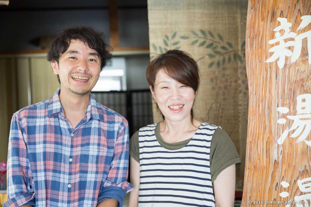 女将さんの満沢由美子さんと旅館の入口で撮影
