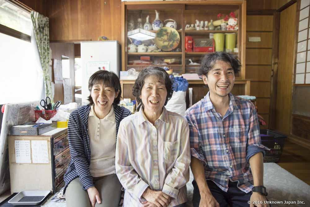 オーナーの西原清美さん・さおりさんと一緒に受付で撮影