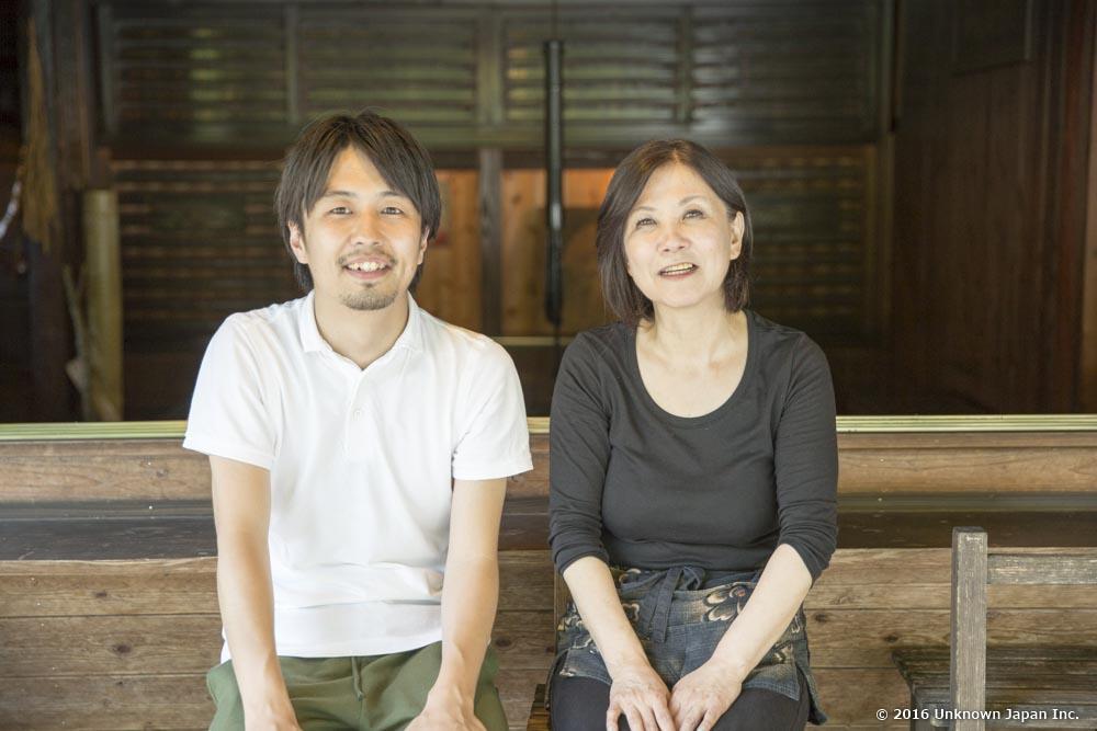管理人の榎並直子さんと囲炉裏などがある部屋の前で撮影