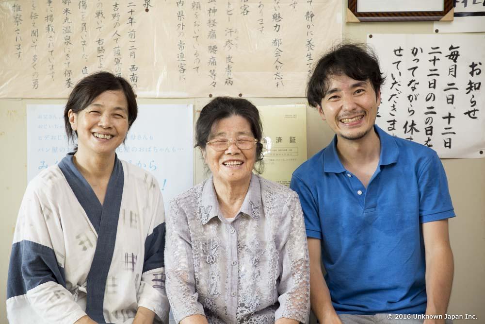 4代目の山村恵津子さん、3代目のエミ子さんと脱衣所の前の椅子に座って撮影