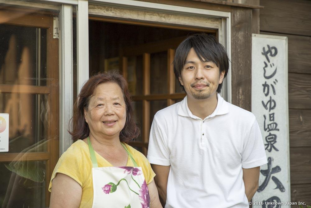 オーナーの東郷育子さんと大黒湯入口で撮影