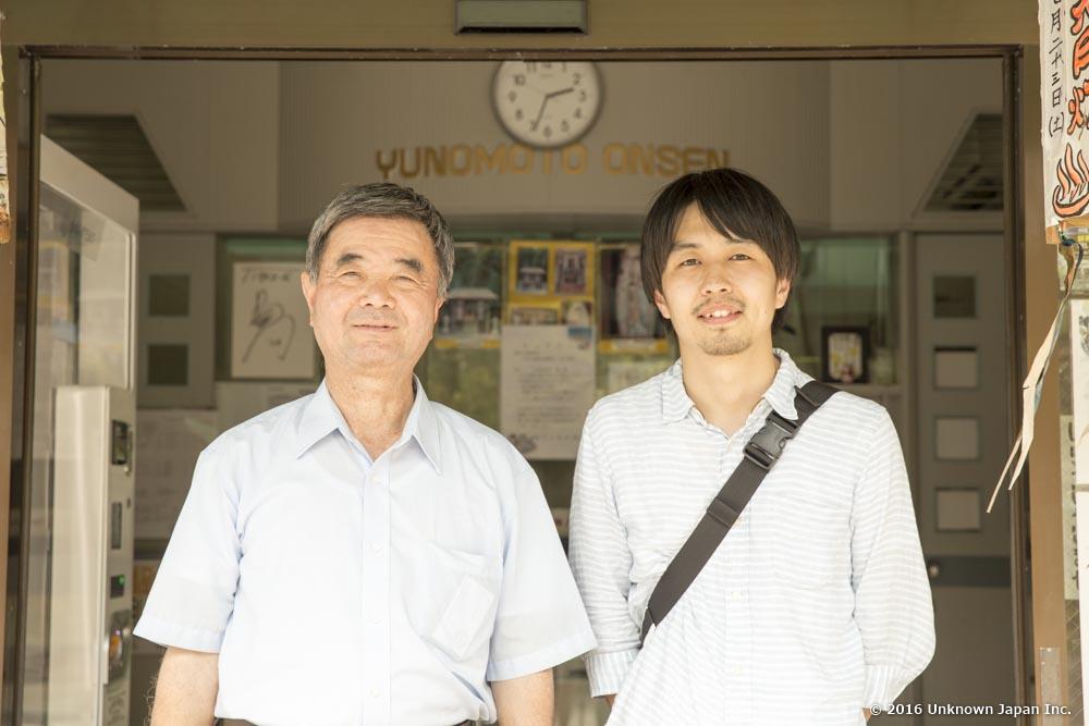 湯之元温泉(株)の代表取締役である新村和憲さんと入口で撮影