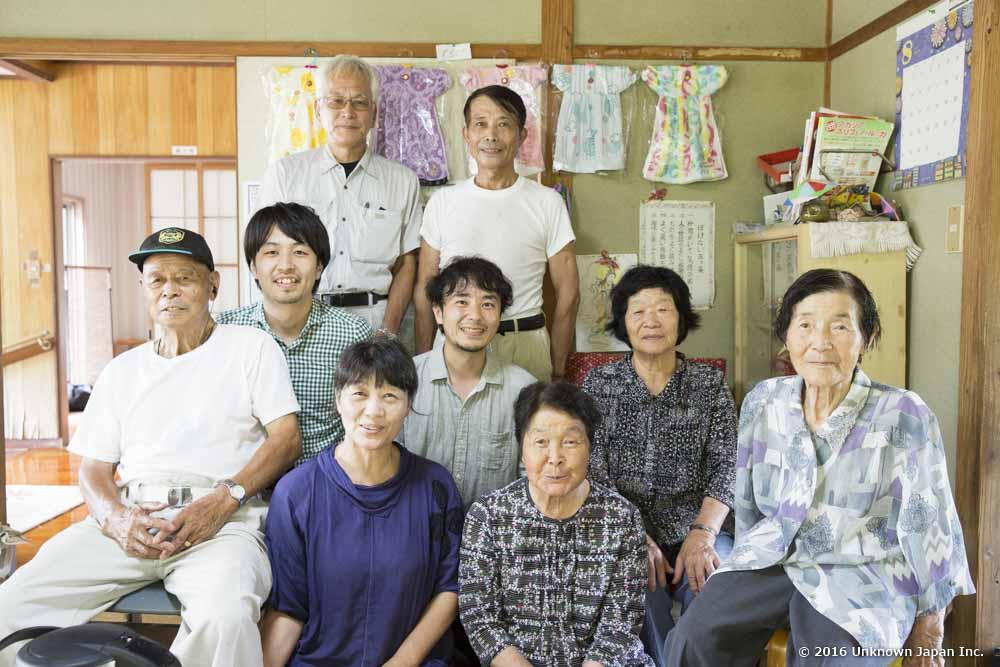 オーナーの検崎さん夫妻と常連の方々と一緒に休憩室で撮影