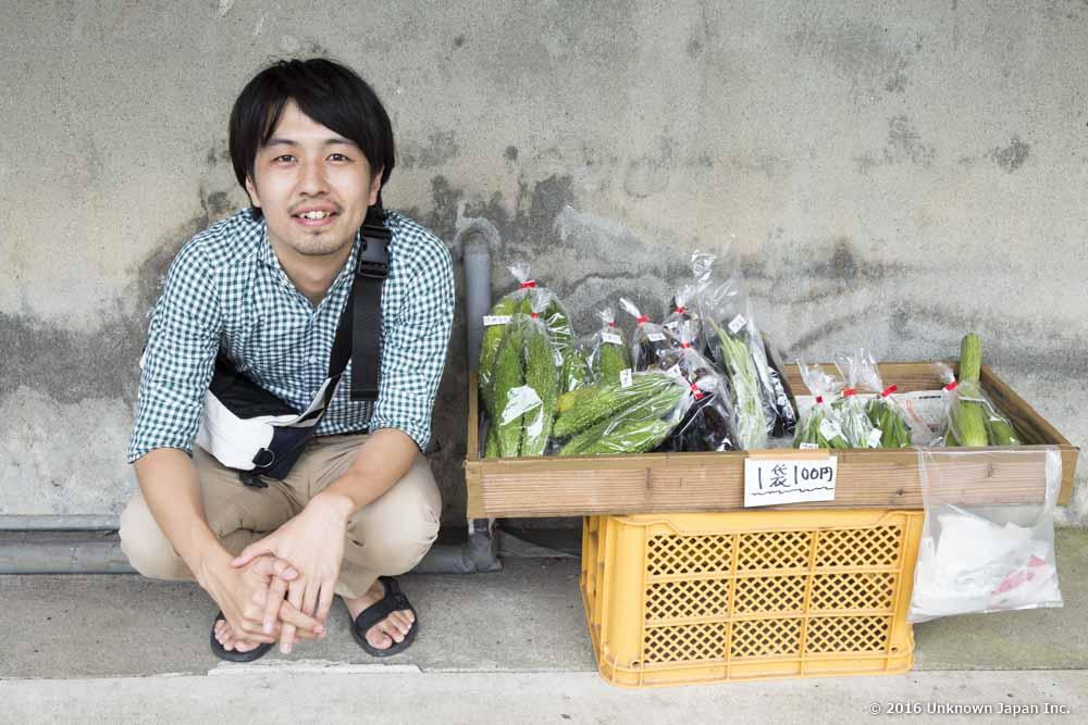 地元のお客さんが販売している野菜です。この日はオクラが大人気でした。