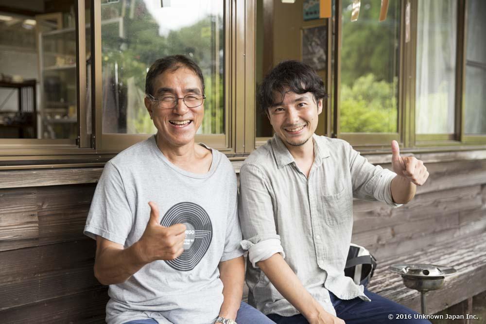 オーナーの谷本久雄さんと入口の前のベンチで撮影