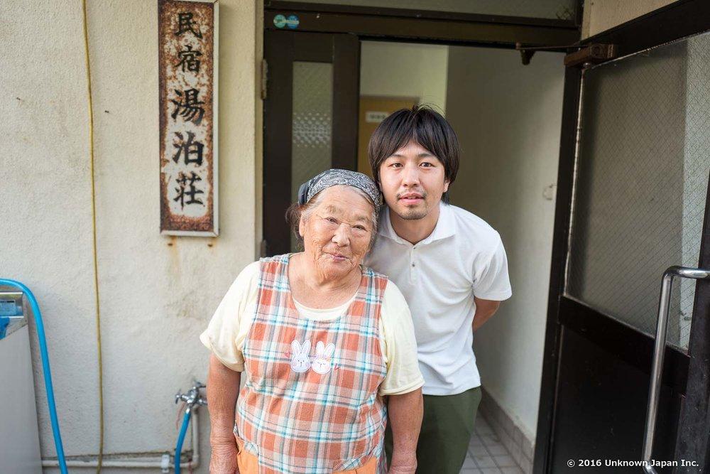 民宿湯泊荘の岩下昭代さんと玄関で撮影