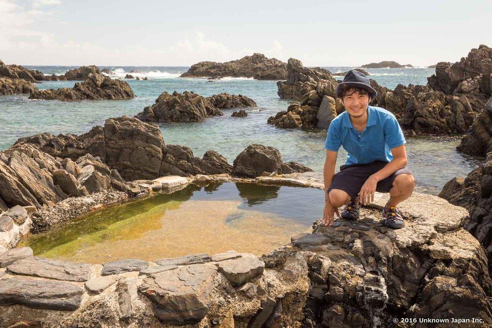湯泊温泉のメインのお風呂より奥に歩くと見えてくる海岸沿いのお風呂の前で撮影