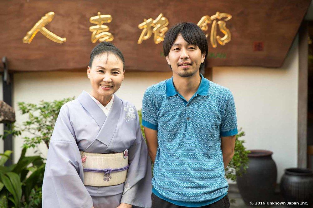 旅館の庭で女将の堀尾里美さんと撮影