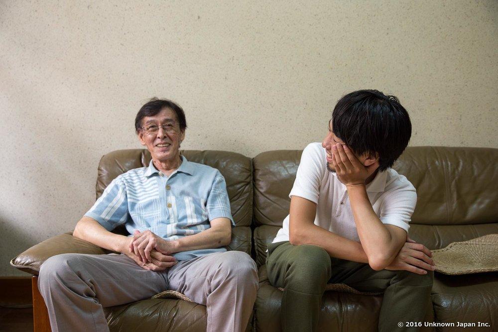 ロビーのソファでオーナーの村田千秋さんと撮影