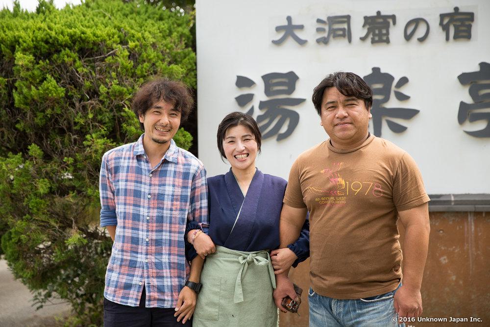 オーナーの嶋田昭仁さん・淳子さん夫妻と入口の前で撮影