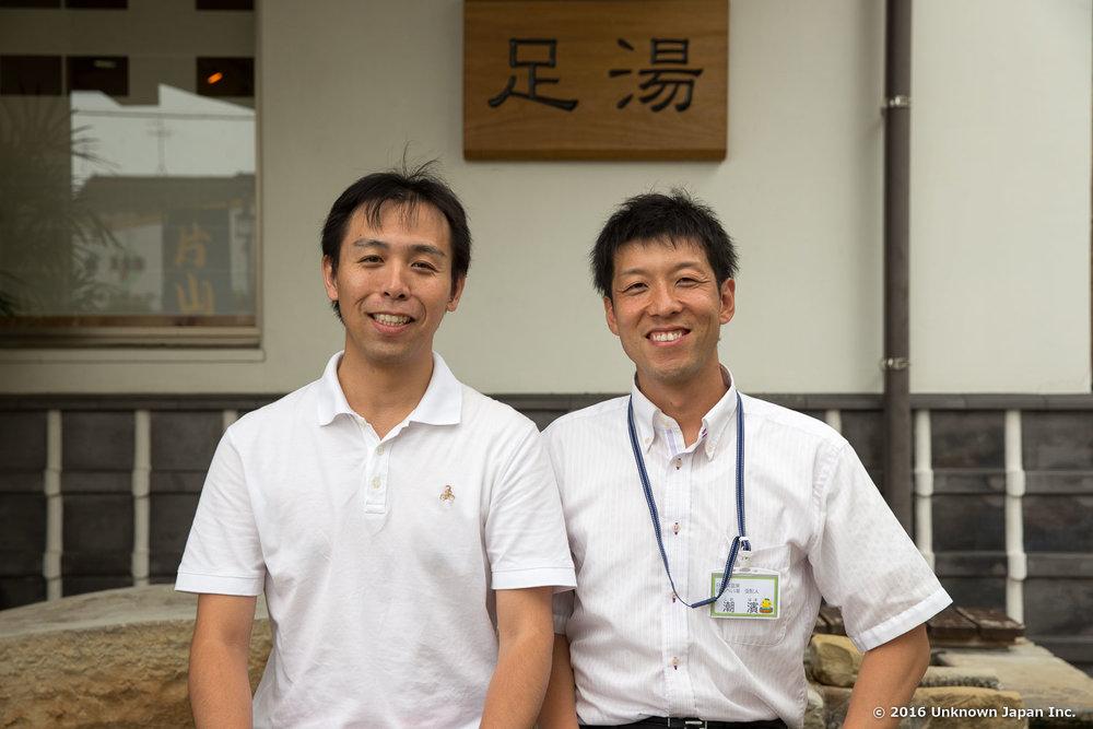 東湯の管理をされている潮濱秀明さんと日奈久温泉センター「ばんぺい湯」の前で撮影