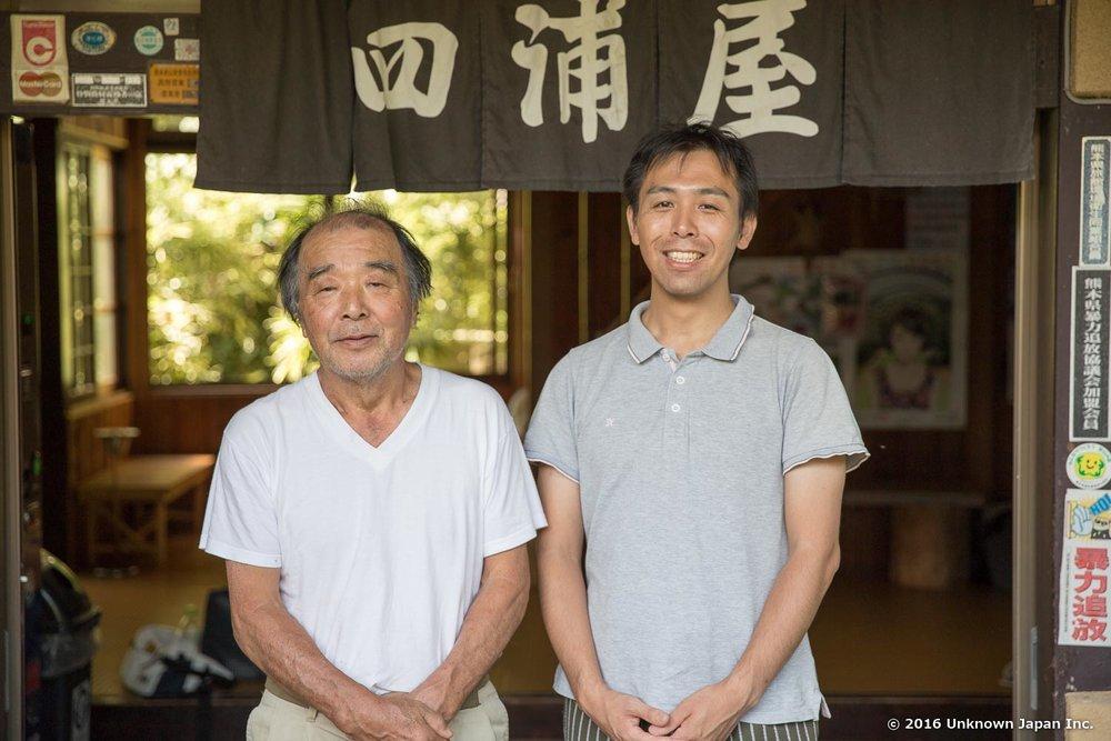 オーナーの下田雄二さんと建物の前で撮影