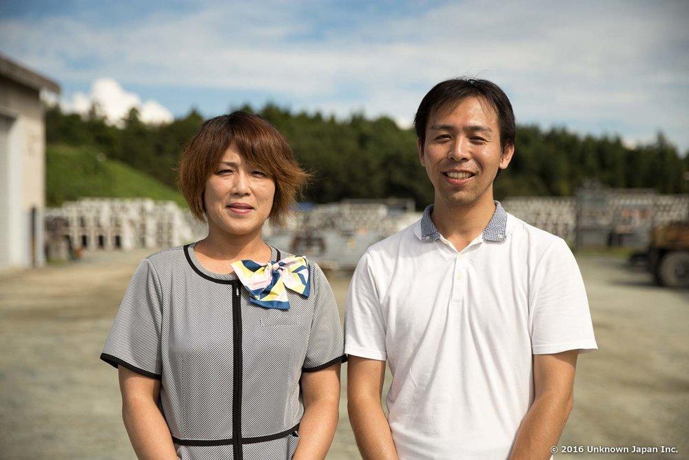 不二の湯の担当の松島靖世さんと事務所の前で撮影
