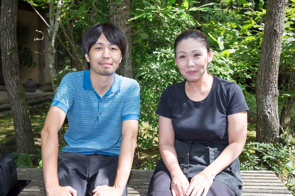 オーナーの奥様の向美保さんとお庭のベンチで撮影