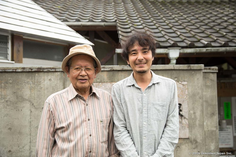 地域の管理人の一人である後藤且也さんと奴留湯温泉の前で撮影