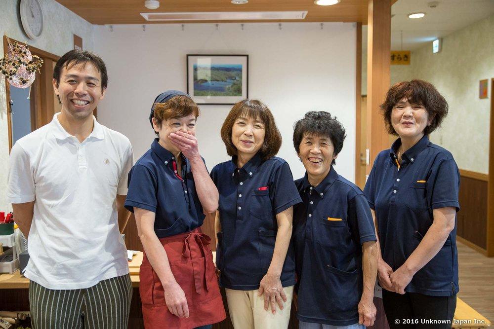 従業員の長浜美穂さん、井ゆう子さん、井寛子さん、山口昌子さんと受付前で撮影