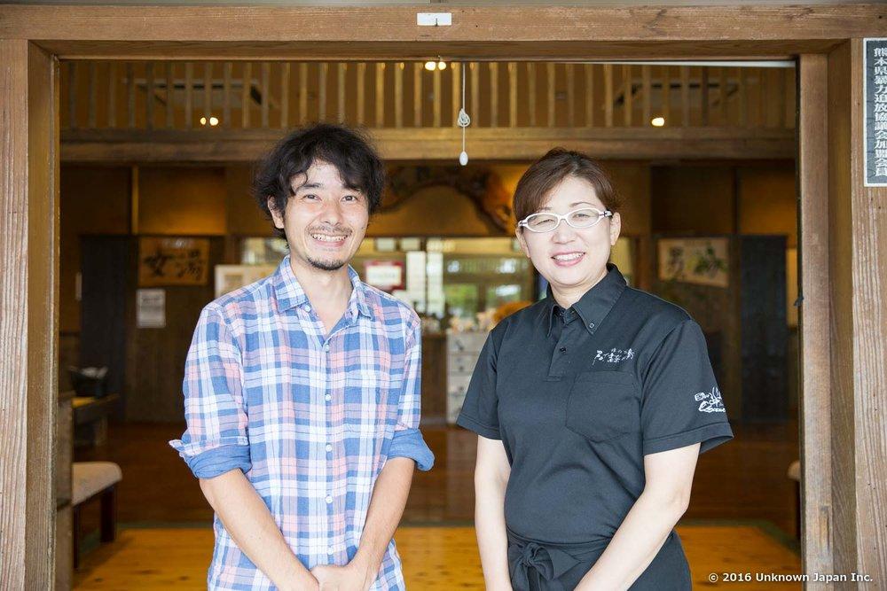 女将さんの田上まゆみさんと阿蘇乃湯の玄関前で撮影