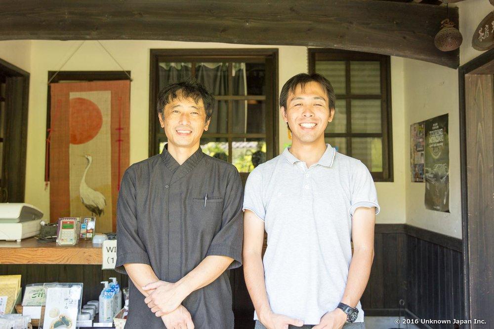 支配人の船橋賢一さんと、旅館内で撮影。