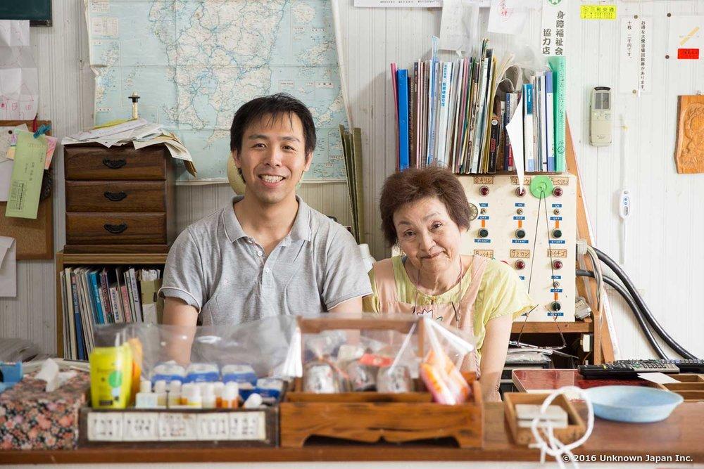 管理人の前野徳子さんと受付で撮影