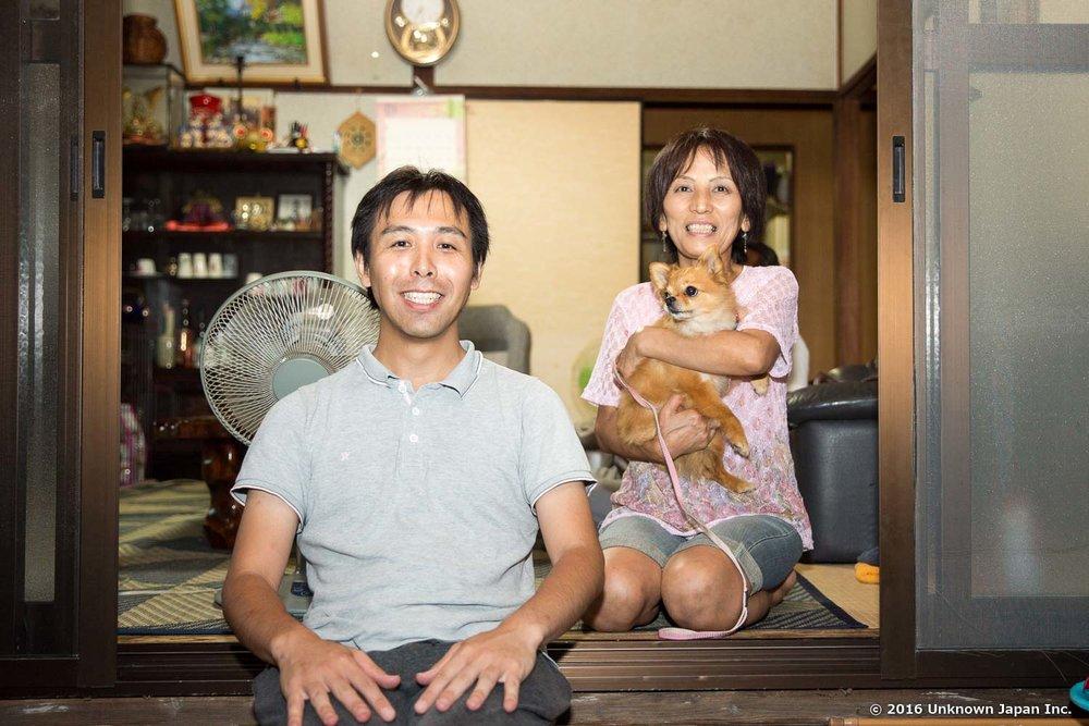 管理人の原田信子さんと愛犬のチイちゃんと受付兼ご自宅で