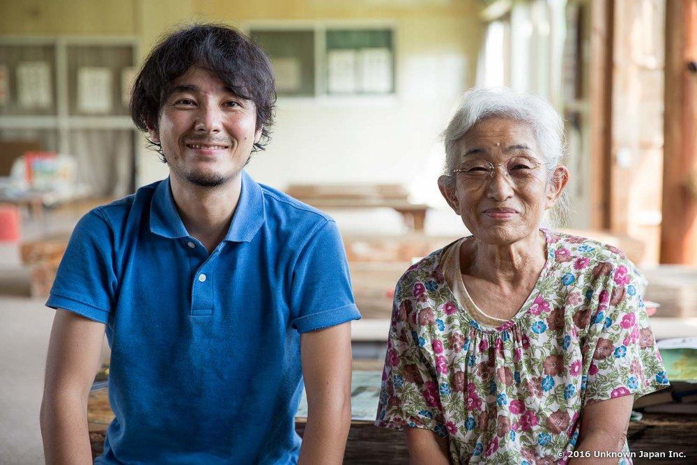 オーナーの柚木成子さんと受付の前で撮影