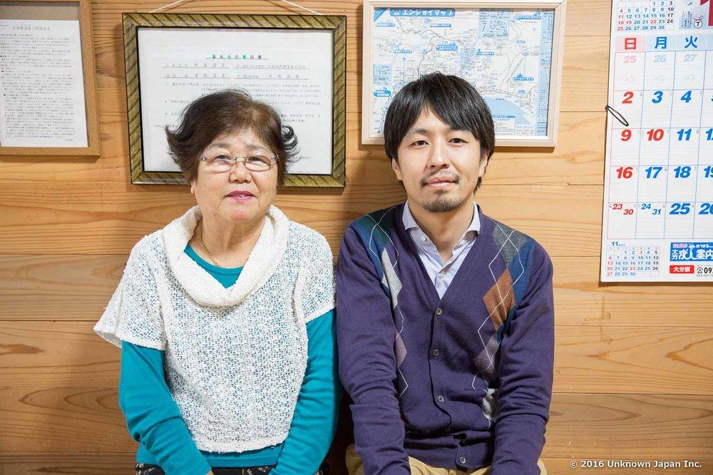 番台を担当をしている婦人会会長の板井武子さんと受付前のベンチで撮影