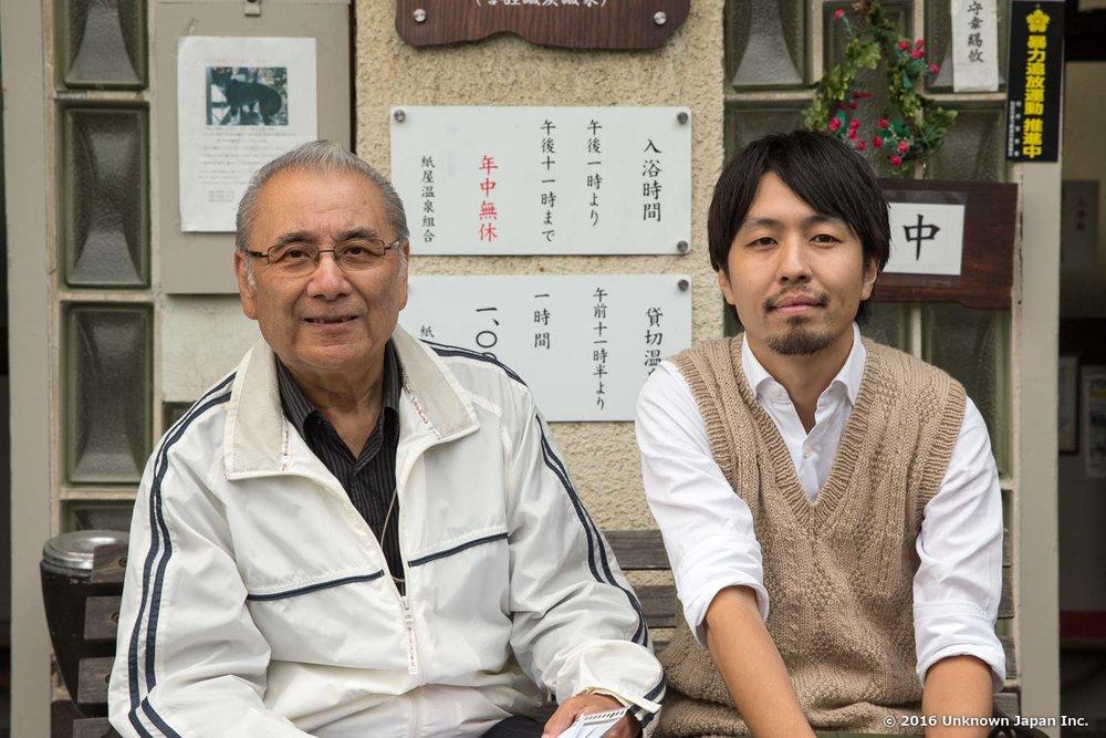 共同湯組合長の河村健一さんと入口前で撮影