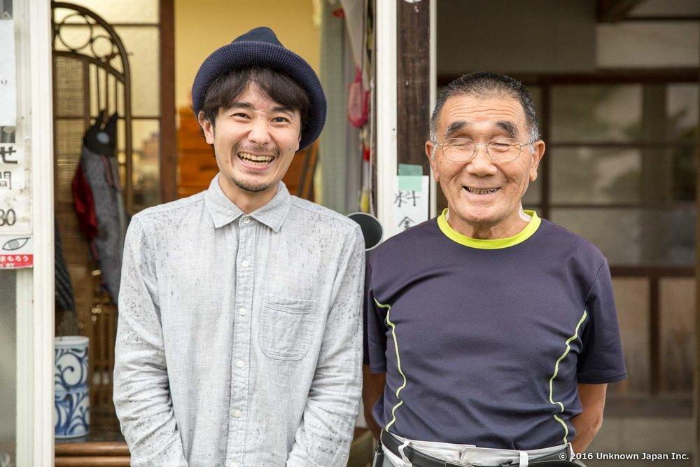 谷の湯を管理されている共同浴場の組合長である國﨑又一さんと受付の前で撮影