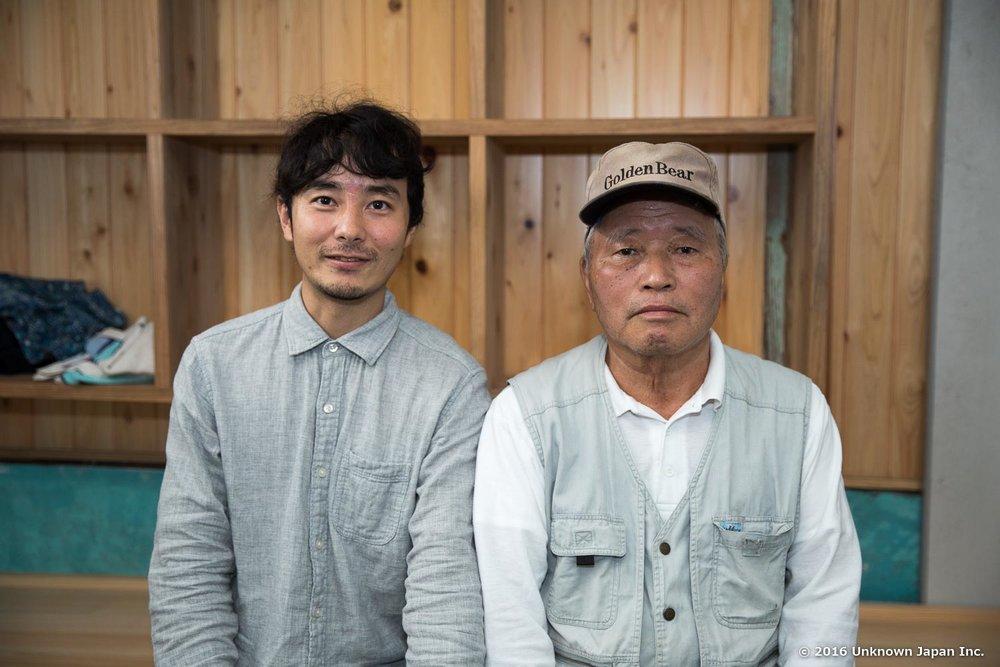 脱衣所の前で管理人の佐藤秋文さんと一緒に撮影