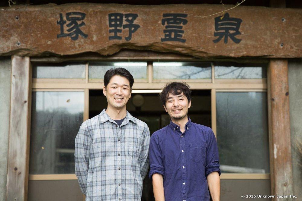 塚野鉱泉を管理している山水荘の後藤且憲さんと水汲み場の前で撮影