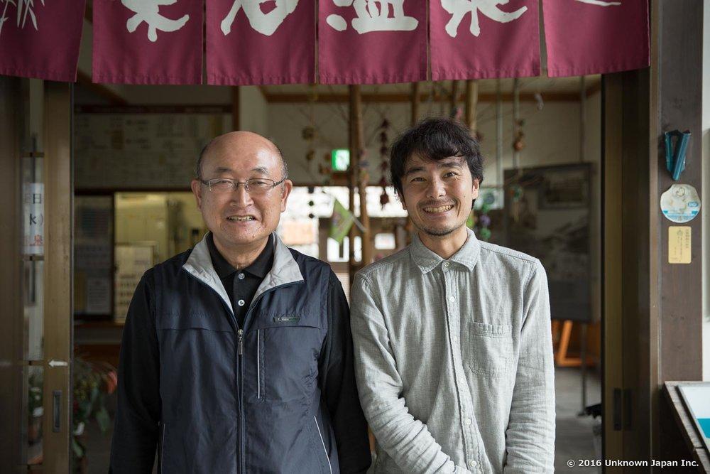 柴石温泉を管理されている会社の責任者である宗野孝司さんと入口の前で撮影