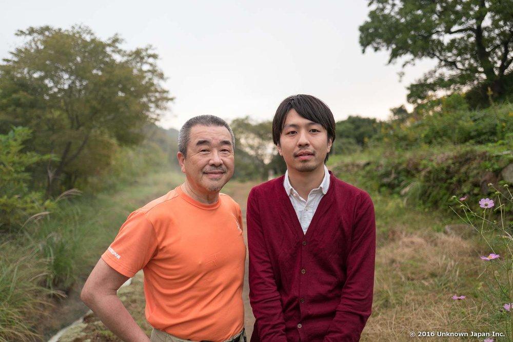 毎朝、日の出とともにいらっしゃる常連の藤田次郎さんと温泉の前で撮影