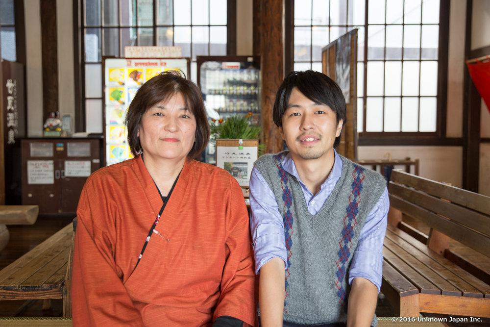受付をされている脇節代さんと館内の休憩スペースで撮影