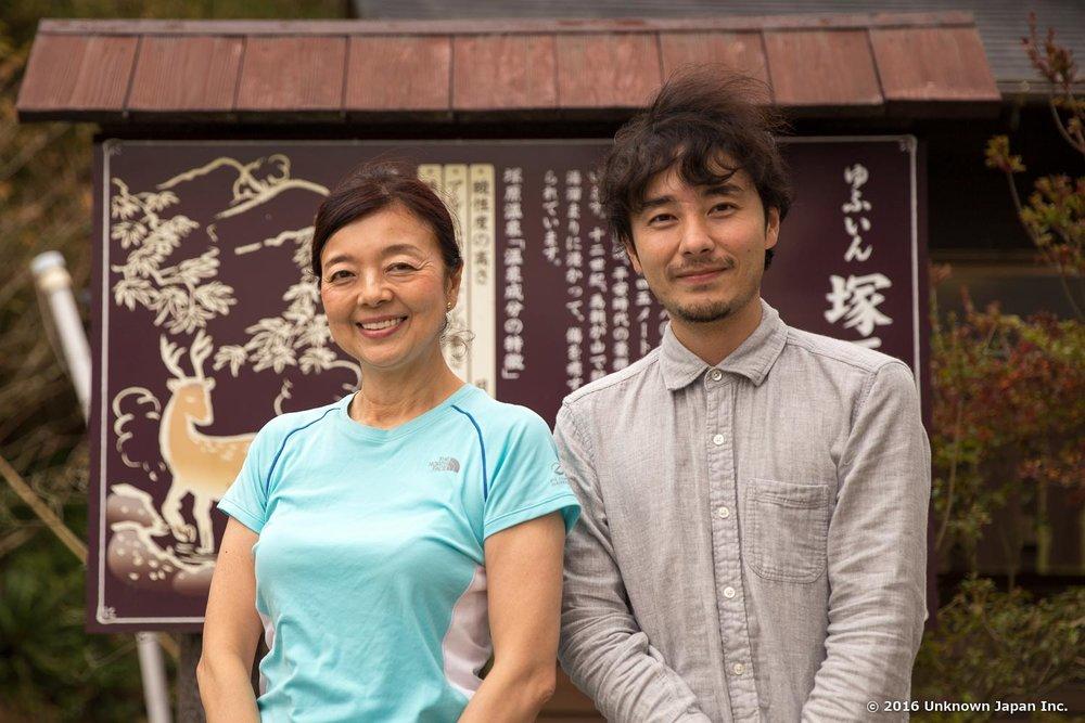 専務の櫻井美得子さんと入口近くの看板の前で撮影