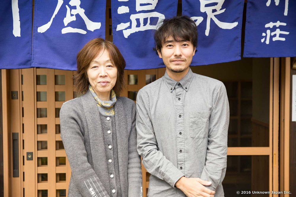 オーナーの吉光敏美さんと入口の前で撮影